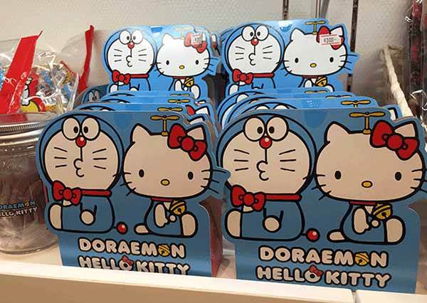 來成田第二航廈千萬別錯過「Hello Kitty專賣店」!戴著哆啦A夢鈴鐺的凱蒂貓也太卡哇伊,想買+1