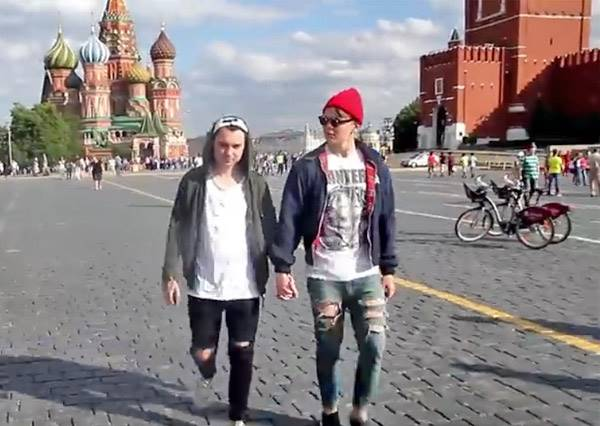 同志婚姻合法化真的讓全世界的同志得到解放了嗎?兩名俄羅斯男子手牽手做了街頭實驗...
