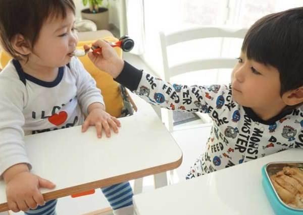 亞歷&肥安這張圖片看似溫馨,其實法國小孩不會這樣做? 亞歷媽告訴你到底哪裡不一樣!