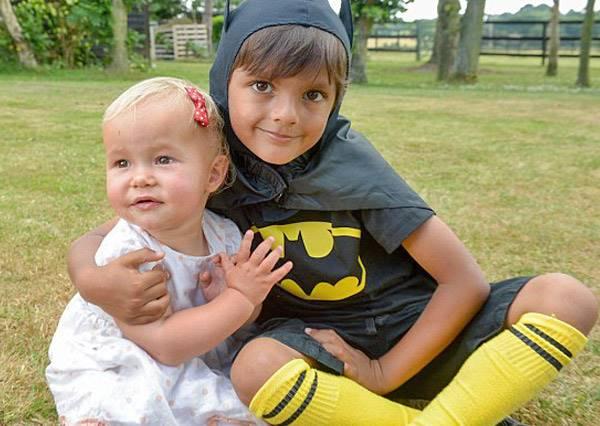 5歲小男孩最喜歡扮蝙蝠俠出門,沒想到這天真的英雄救美了!