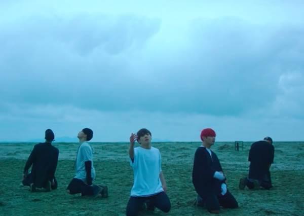 開場的智旻好撩人啊!BTS新歌《Save ME》大玩一鏡到底,從1:17秒開始的團舞更是過癮!