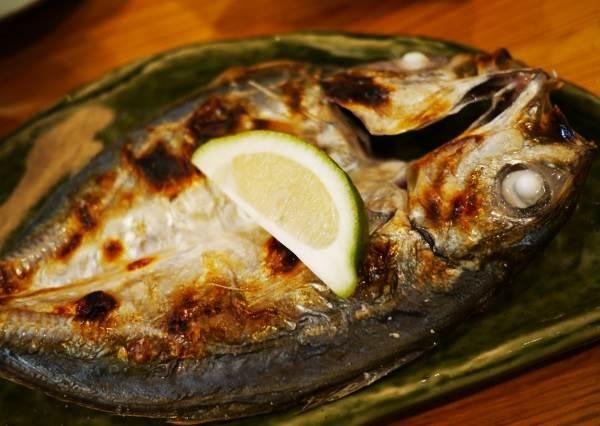 吃魚第一口要挾哪裡才是有禮貌? 烤竹筴魚遵守這6大原則,不但能吃到最美味的部位還能印象分數UP!