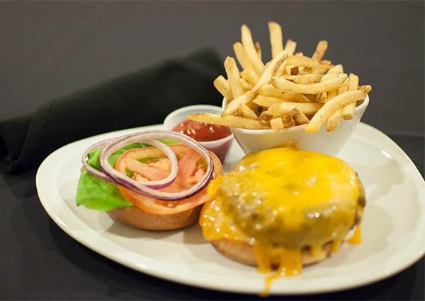 初次約會最怕吃漢堡? 解密不NG吃法,還能用刀叉優雅的品嘗!