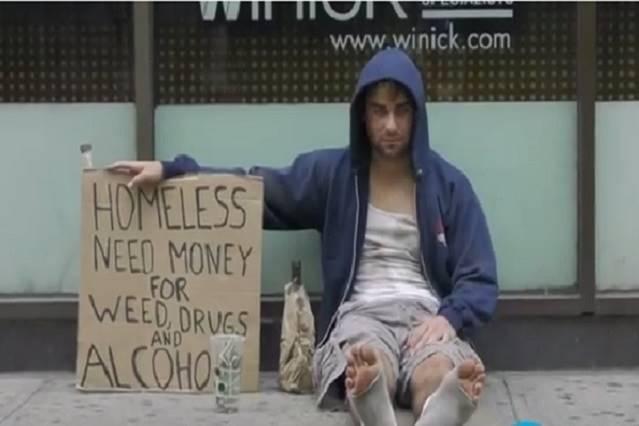 大家怎麼了? 這個街頭實驗意外揭曉:菸酒成癮流浪漢竟然比無家可歸的父女更能獲得同情!
