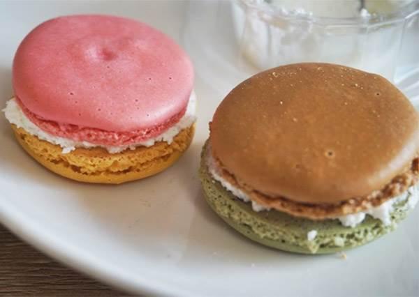 便利商店「馬卡龍」可愛甜點試吃!冰冰的生奶油當沾醬超讚,整體CP值超高!
