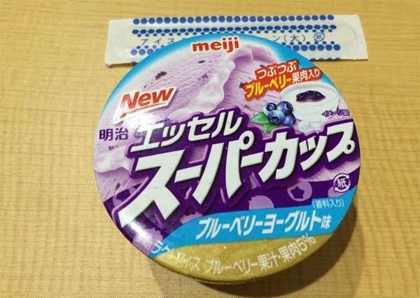神等級的美味!在日本造成話題的「藍莓優格冰淇淋」,內餡竟然是有果肉的藍莓醬!