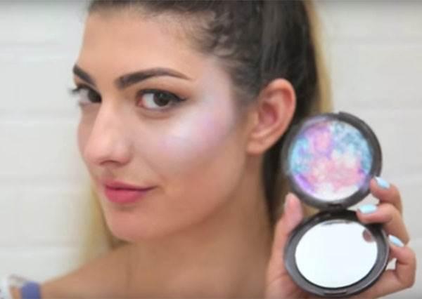 比被瘋狂搶購的彩虹更絢爛? 這女生自製「銀河色打亮粉餅」,就像星光落在臉頰上般夢幻啊
