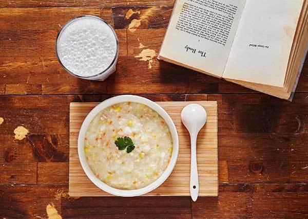 2大Tips掌握好,營養滿點的《滑蛋雞蓉蔬菜玉米粥》也可以是15分鐘快手早餐!