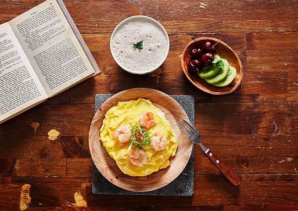 歐姆蛋還要用技巧才能把飯包起來! 放上去就完成的《滑蛋蝦仁菜飯》,保證連新手也能變大廚