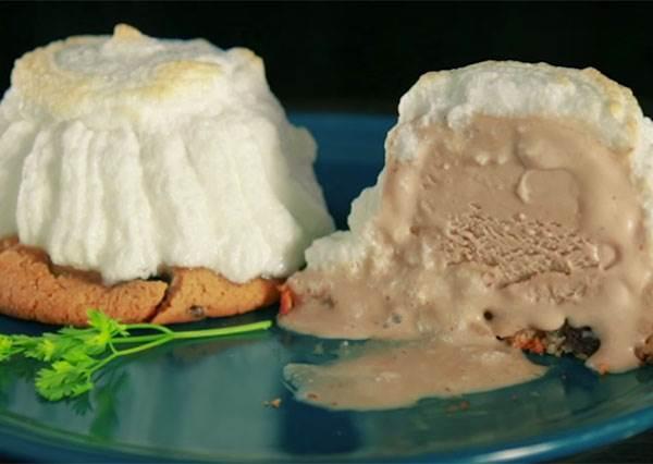 只要負責打發蛋白就好!5分鐘快手做《火焰雪山》,一切開裡頭冰淇淋瞬間噴出~
