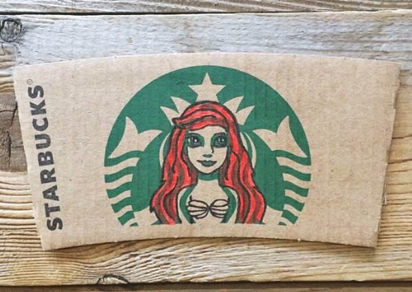 艾莎變女海妖!藝術家將迪士尼主角們畫入星巴克杯套,意外發現連胡迪都能完美融入