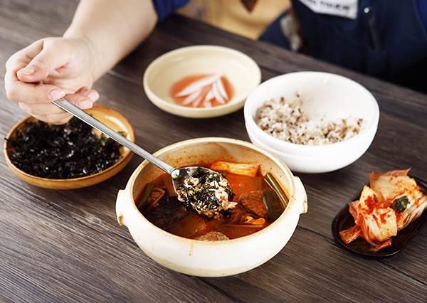 看吃飯習慣就能分辨韓國人? 除了扁筷子,在韓國餐桌前一定要知道的習慣!