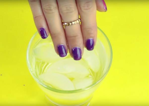 這是什麼巫術? 她把手伸進冰水裡,立刻產生劇烈變化...而且這麼神奇的指甲油也能自己DIY!