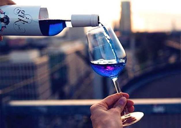 誰說葡萄酒只有紅&白? 最新像海一樣湛藍的夢幻酒,光看就要醉了~