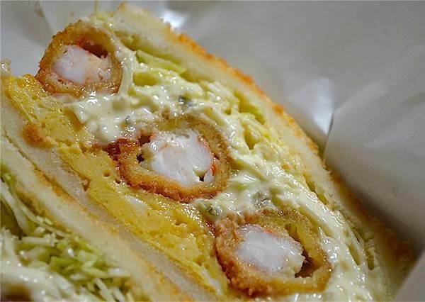 就隱藏在地下街!不用特別沾醬就超好吃的「炸蝦三明治」,就算外帶回家還是像現做