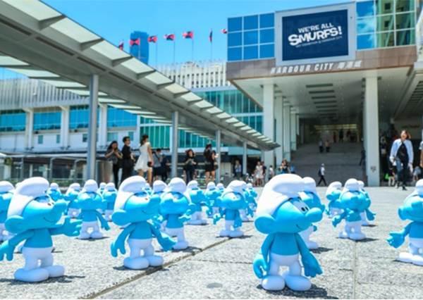 【好多藍色小精靈出沒在香港海港城阿~好壯觀又好可愛喔 】! 我超喜歡藍色小精靈的啦~~下一站可以來台灣ㄇ? !