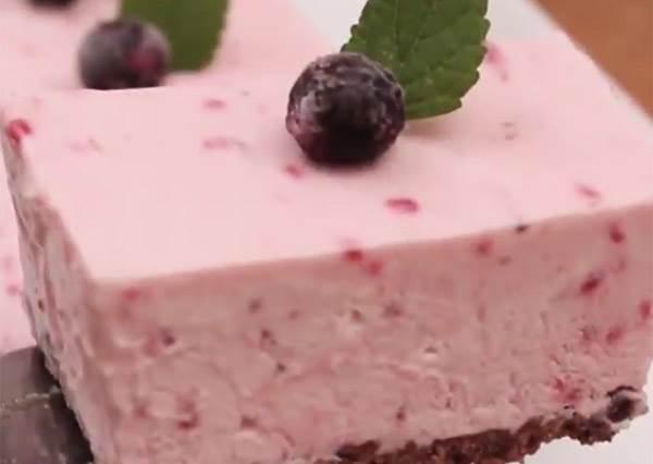 沒有蛋糕模型也OK! 簡單兩步驟,光用牛奶盒就能做出免烤版「藍莓蛋糕」