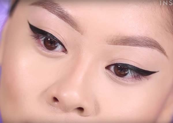 這個女生即使用反手也能3秒順利畫好貓眼線,超圓滿畫面讓你覺得一整天都會很順利...