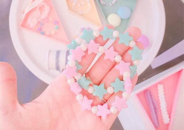 七彩的貝殼耳環也太美!各種少女粉色系飾品,竟然連小黑夾也被萌化了