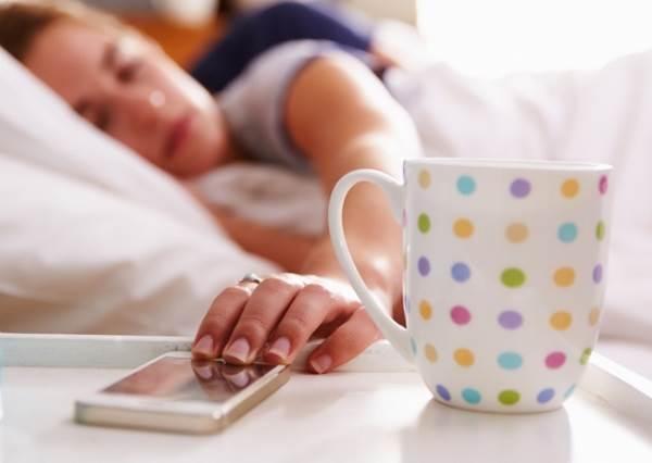 還以為是最佳幫手?鬧鐘的「貪睡功能」,才是讓你越睡越累的主因!