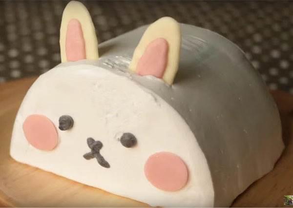 這個「兔子蛋糕」外型就已經夠萌了,當它切開後的驚喜,絕對會讓你把食譜抄起來!