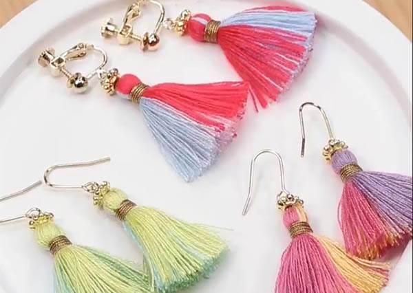 她其實就是把彩色棉線綁起來而已,今夏最夯「流蘇耳環」DIY竟然這麼簡單!?