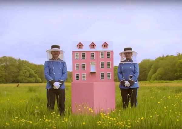 這間散發奶油香味的粉紅飯店竟然是專門為蜜峰打造的...但當門打開後大家都想被縮小一起玩了!
