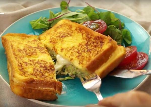 看到她用平底鍋煎出「牽絲級鮪魚起司蛋」的做法後,你不會想再用烤箱做早餐了!