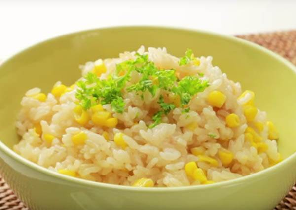 她把「這些食材」隨意丟進電鍋裡,躺著等15分鐘後就吃到的「奶油玉米燉飯」讓大家都馬上衝進廚房!