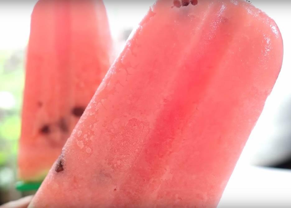 吃剩的西瓜放冰箱絕對走味,這時打成汁加幾個步驟,迸出來的西瓜巧克力冰棒絕對更好吃!
