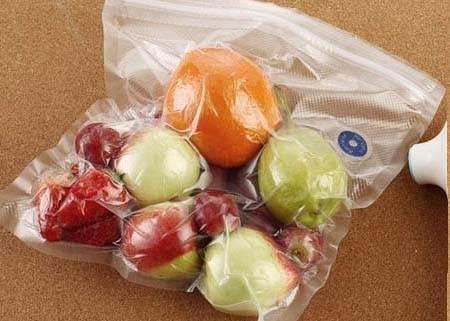 只要準備好水和袋子,不用買真空包裝機你也能做到「真空密封食材」的天才保鮮方法!