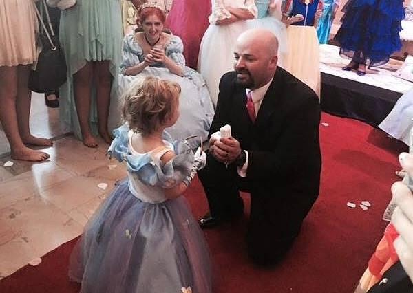 五歲癌症女孩的最後一個生日…上百人參加她的公主舞會趴