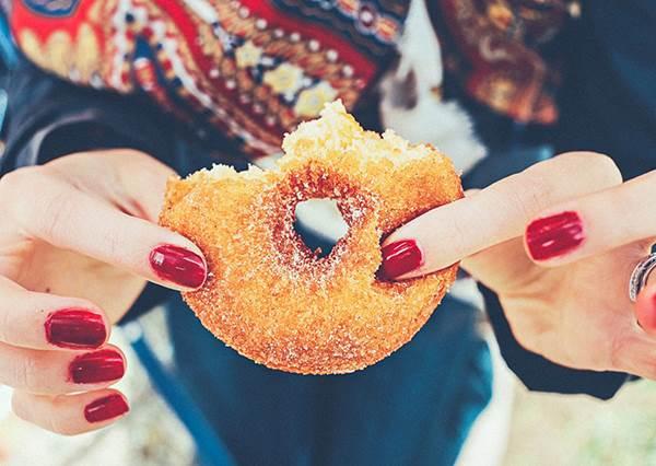 為什麼明知會胖,嘴巴卻停不住? 小心你可能「糖中毒」了!