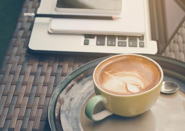 """熬夜後想幫助清醒,在""""早上9點""""喝咖啡最有效?日本上班族都是這樣,原因其實很簡單!"""