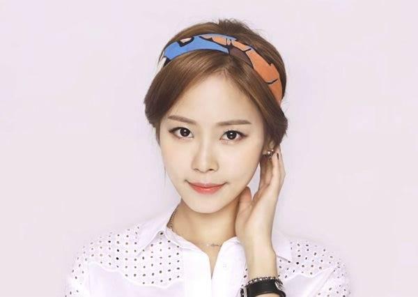 抓住夏天的尾巴!跟著韓國女孩動手用絲巾綁出簡單髮型