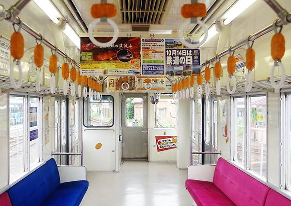 日本電車創意根本無極限!讓人好想咬一口吊環的「可樂餅列車」就是這台,你會想搭嘛?