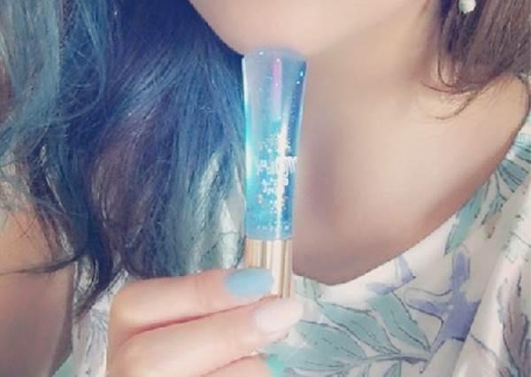 光靠這支就打趴其它日牌!新款「藍色唇蜜」每個人擦的顏色都不同,買前必知的小秘密揭曉