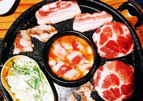 """肉份量多到滿出來卻很""""平價""""!首爾在地歐霸歐膩口袋名單之一,完全不輸連鎖店"""