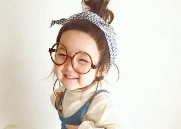 笑得跟月亮一樣的瞇眼睛最討喜!日本可愛小蘿莉竟連扁嘴表情也激似咘咘?