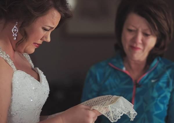 滿滿都是愛!20年前養母的一封信,在婚禮當天讓她泣不成聲
