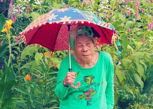 色彩最繽紛的IG模特兒!高齡93歲的老奶奶靠穿搭爆紅,尤其第4張燦笑感染力超大