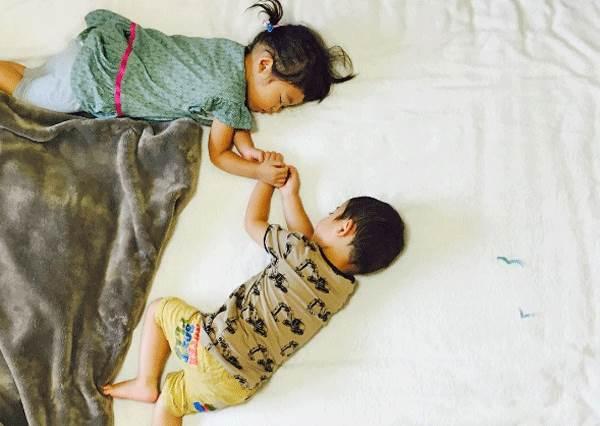 怎麼午睡起來好像更累...?媽咪惡搞熟睡雙胞胎,連高難度魔術都能輕鬆完成!