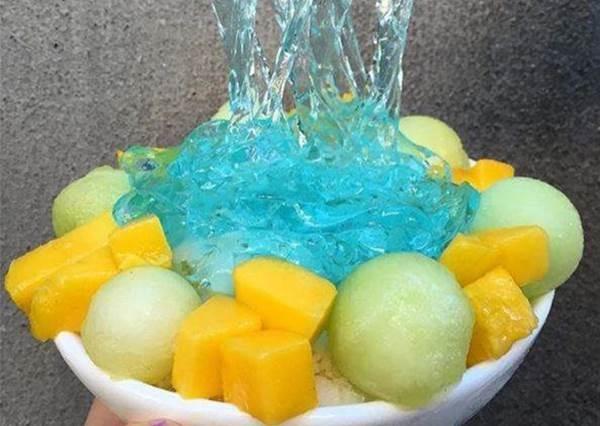 【美國紐約甜品專賣店推出《水果冰藍色拉麵》!?】其實這道讓老外驚訝的神秘冰品材料你我都很熟悉~! 他們好像太大驚小怪了~呵 !