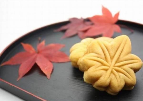 【天氣漸涼 , 日本推出許多可以吃的楓葉商品喔!】到日本賞楓之餘順便也品嚐楓葉的另一番滋味吧~!