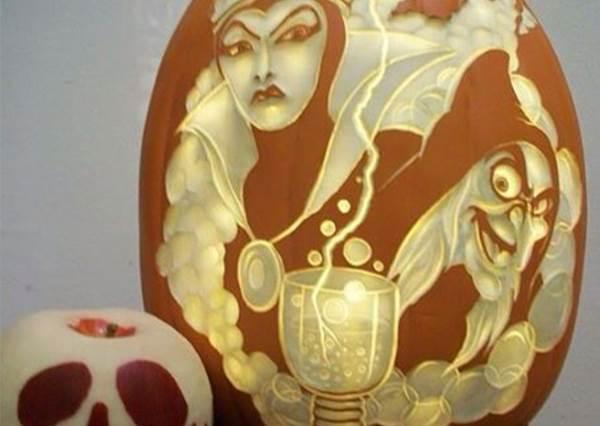 只有眼睛嘴巴的南瓜燈就太遜了!迪士尼鐵粉決定自己動手刻,精緻到連官方都想拿來賣了