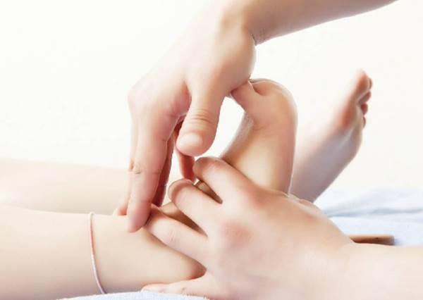 """用手這樣按就可""""消腿部浮腫""""!快學日本女生睡前一分鐘按摩,尤其打工久站的人必看"""