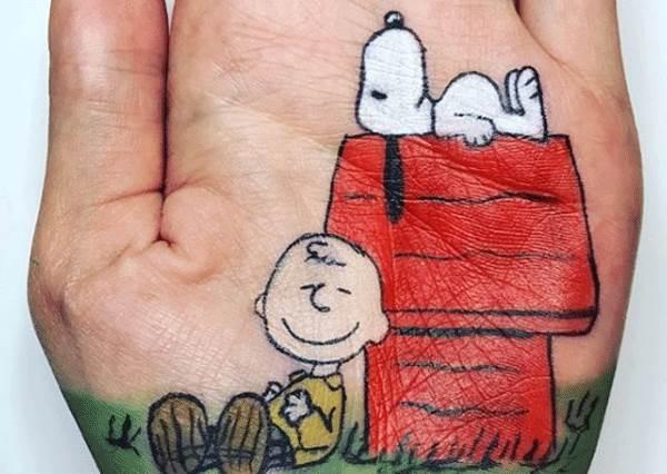 想不到史努比畫在手上最生動適合?各種卡通掌心插畫,連大拇指都派上用場