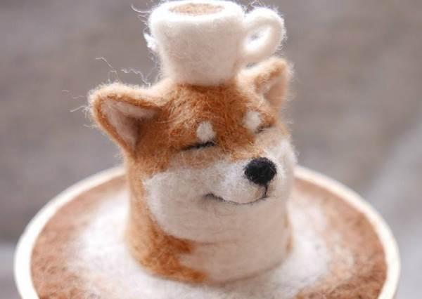 眯眯眼柴柴「泡咖啡」也太療癒!手做超擬真動物羊毛氈,這次竟然是台灣女孩做的?