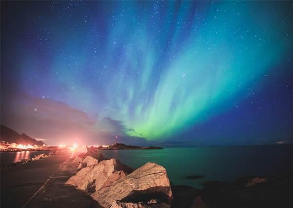 真的是「史上最強極光」!當冰島民眾這天一起關燈後,近在眼前的這片美景你一定會羨慕