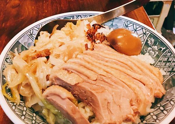 台北東區這間CP值超高的巷弄隱藏美食,有在你名單裡嗎?鴨肉飯快直接給我端上啊!